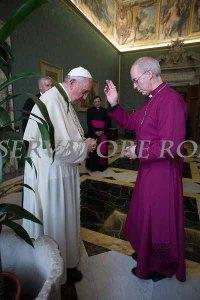 Papa Francesco si fa benedire dall'arcivescovo anglicano di Canterbury.