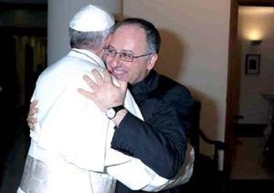 L'abbraccio tra papa Francesco e Antonio Spadaro.