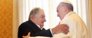 """Papa Francesco con il presidente dell'Uruguay, José Mujica, ateo, marxista e massone. Il papa lo ha definito """"un uomo saggio""""."""