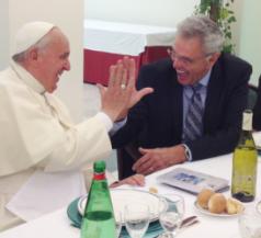 Papa Francesco batte il cinque al pastore Robinson.