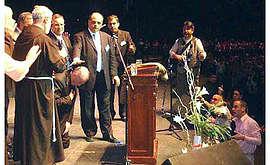 Il card. Bergoglio in ginocchio si fa imporre le mani da un pastore pentecostale.
