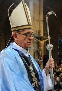 L'allora cardinal Bergoglio con un pastorale creato da Giuseppe Albrizzi.