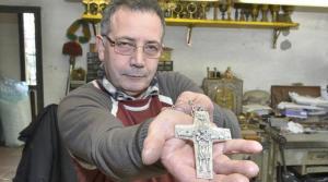 Giuseppe Albrizzi, l'artigiano che ha creato la croce di Papa Francesco.