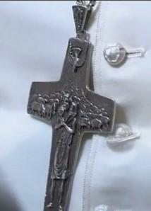 La croce pettorale d'argento di papa Francesco.