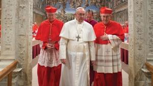 Il nuovo papa esce dalla sala della Cappella Sistina con i cardinali Hummes e Vallini.
