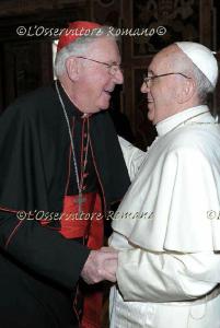 """Il giorno dopo l'elezione, Francesco incontrò l'intero collegio cardinalizio, compresi i non elettori, nella sala delle benedizioni. Quando comparve il card. Murphy O'Connor, lo abbracciò e disse con una risata: """"È colpa sua! Che cosa mi ha fatto?""""."""