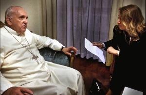 Papa Francesco ed Elisabetta Piqué durante l'intervista.