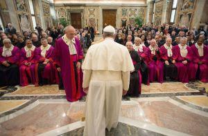 Papa Francesco con i giudici della Rota Romana.
