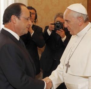 Francesco non ha gradito la provocazione di Hollande.