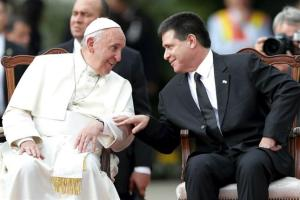 Il Papa con il presidente paraguaiano Horacio Cartes.