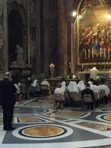 """Papa Francesco """"mescolato"""" tra i fedeli durante la S. Messa della festa di San Pio X. Foto: @nicolarosetti"""