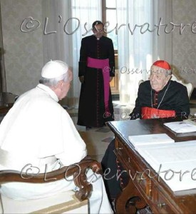 Papa Francesco riceve in udienza l'anziano card. Silvestrini nel luglio del 2013.
