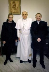 """""""Diego"""" Neria y su """"novia"""", Macarena, recibidos por el Papa Francisco en el Vaticano."""