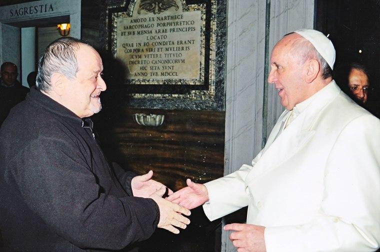 Papa Francesco stringe la mano al kommissario Fidenzio Volpi (recentemente scomparso).