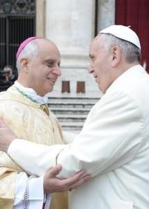 Mons. Fisichella saluta papa Francesco.