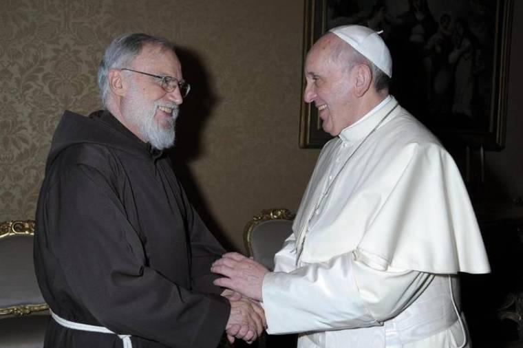 Cantalamessa si congratula con Francesco, appena eletto 266° Vescovo di Roma.