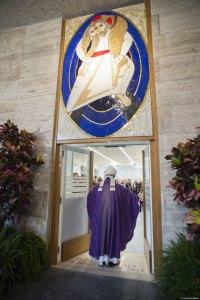 """Apertura della """"porta santa"""" di una mensa della Caritas di Roma."""