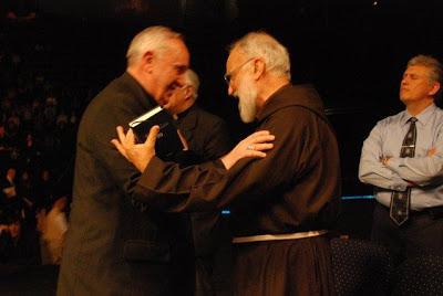 L'allora card. Bergoglio con Cantalamessa durante un incontro ecumenista organizzato da Rinnovamento dello Spirito, di cui il frate è membro.