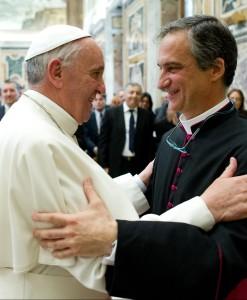 Dario Edoardo Viganò saluta papa Francesco.