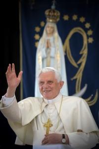Benedetto XVI ritratto a Fatima nel 2010.