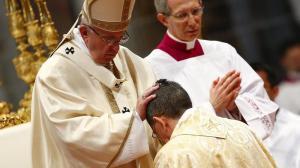 L'ordinazione episcopale di Ayuso Guixot da parte di Francesco.