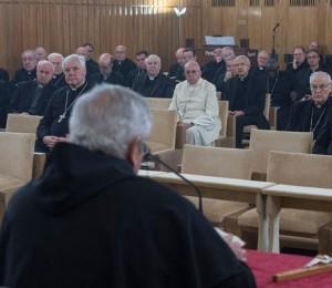 Ermes Ronchi di spalle durante gli esercizi spirituali alla curia vaticana in presenza del papa.