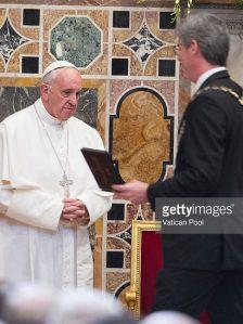 Francesco riceve il premio Carlo Magno.