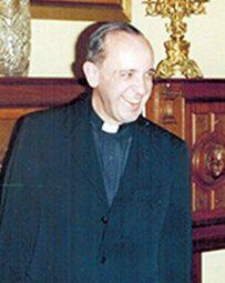 Una rara foto dellallora padre Bergoglio.