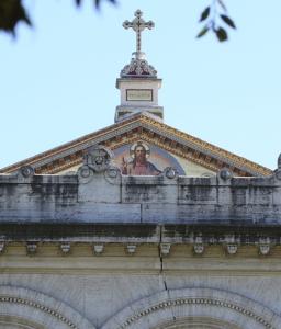 Crepe e cornicioni caduti nella basilica di San Paolo.