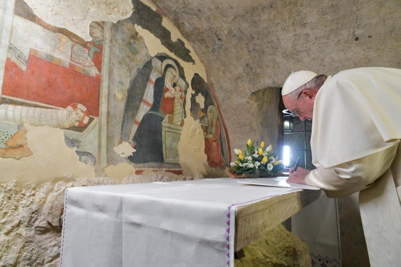 Papa Francesco firma Lettera Apostolica sul valore del Presepe: mirabile segno
